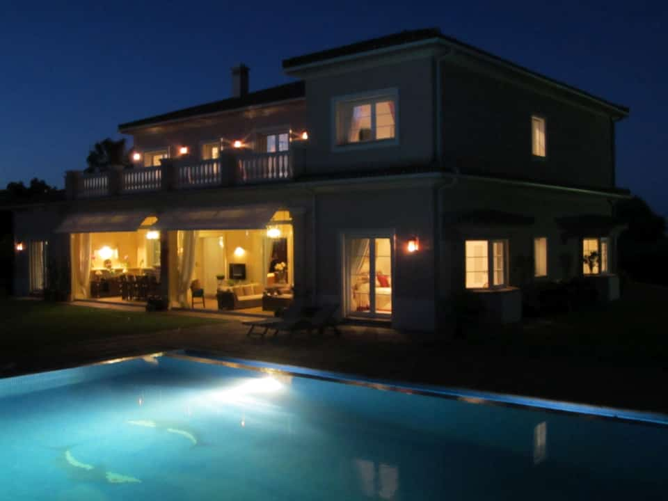 Casa Roble - pool and terrace at night